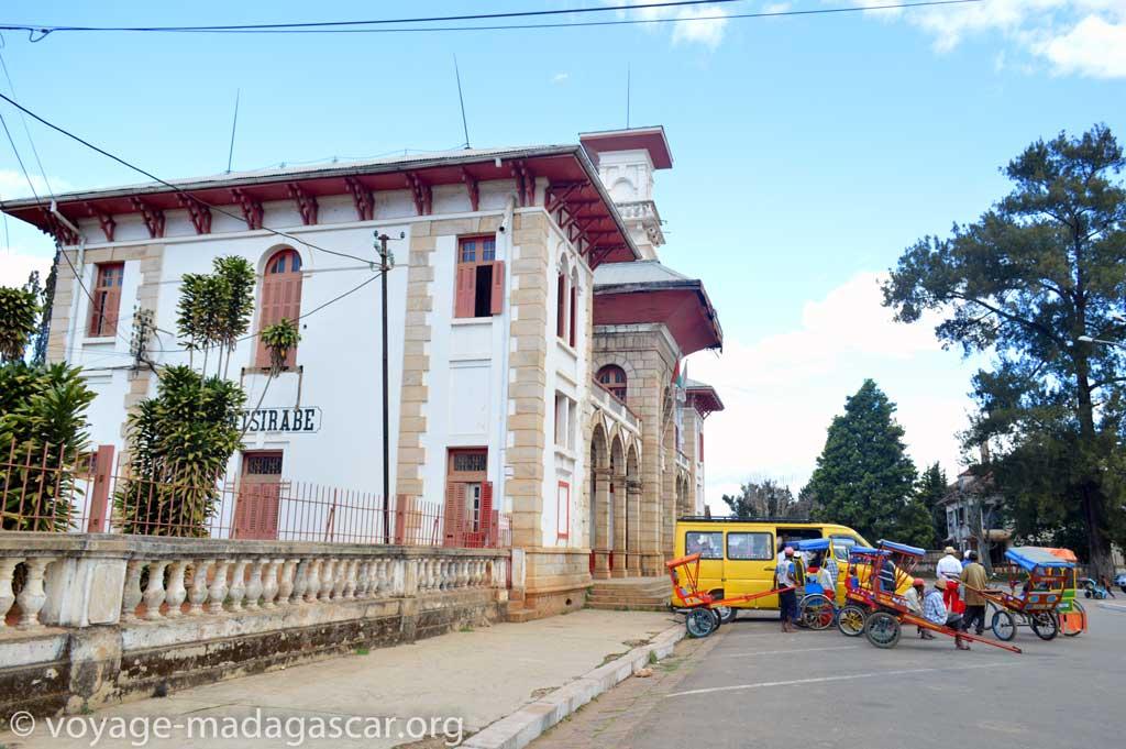 Allers-retours des pousses-pousses à la gare d'Antsirabe