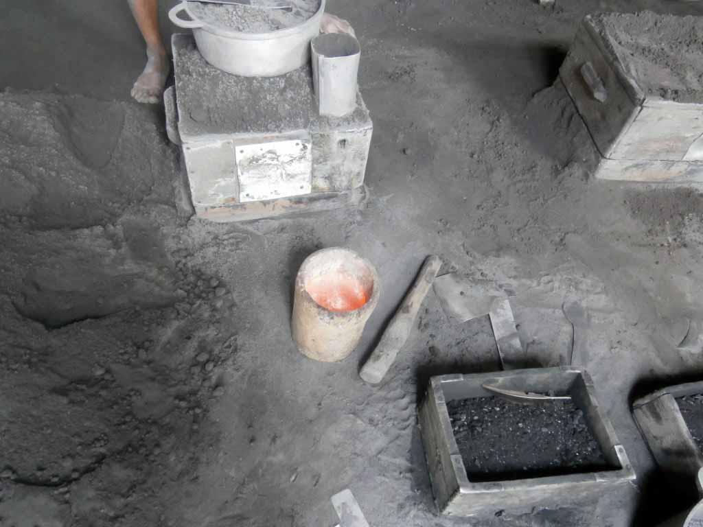 Aluminium devenu liquide à haute température de couleur rouge