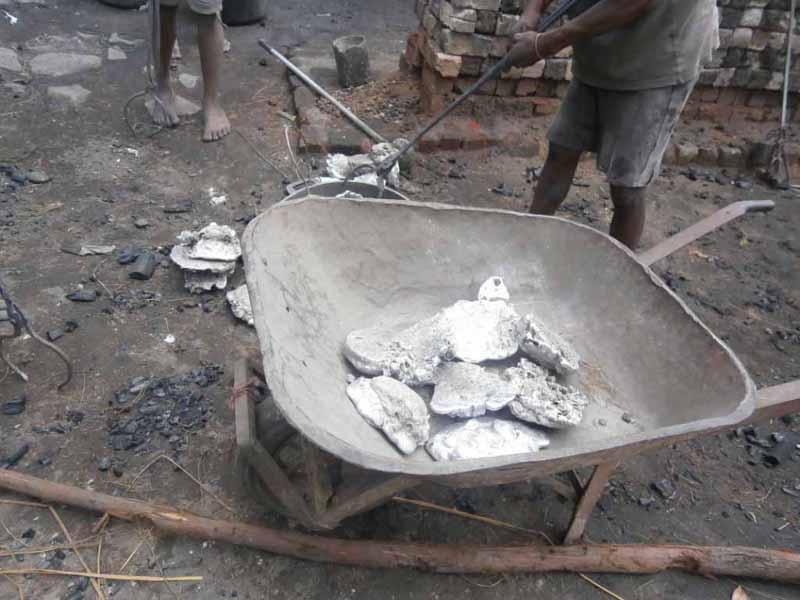 Aluminium brute destiné à être fondu et rassemblé dans une brouette