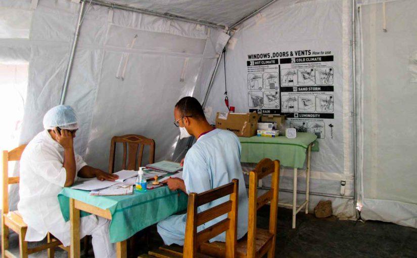 Médécin et interne travaillant dans un centre pendant l'épidémie de peste à Madagascar
