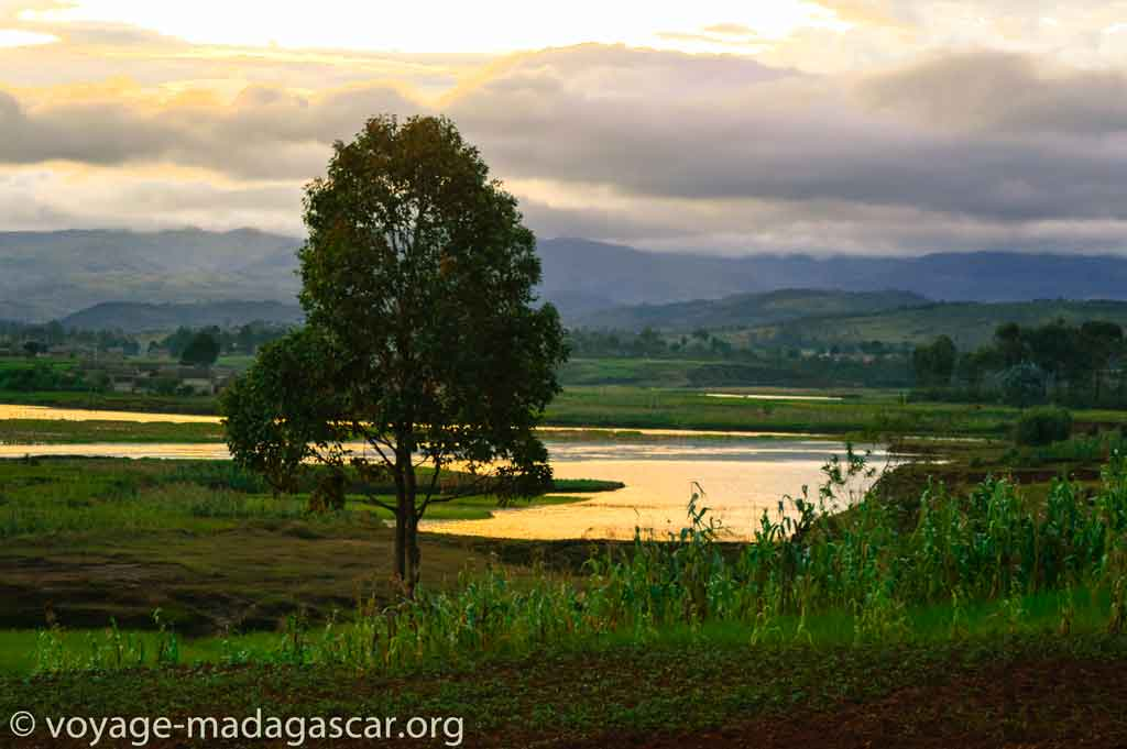 heure Malagasy de l'Imerina : Menamasoandro - coucher du soleil à Madagascar