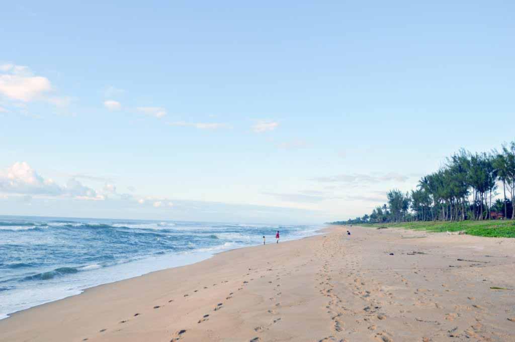 Mer turquoise bordée de sable blanc