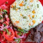 Riz aux légumes avec du steak chinois et salades de tomates et poivrons