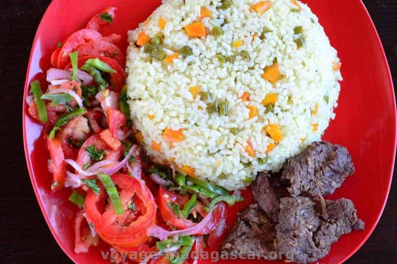 Riz aux l gumes steak chinois et salade de tomates et poivrons - Absorber l humidite avec du riz ...