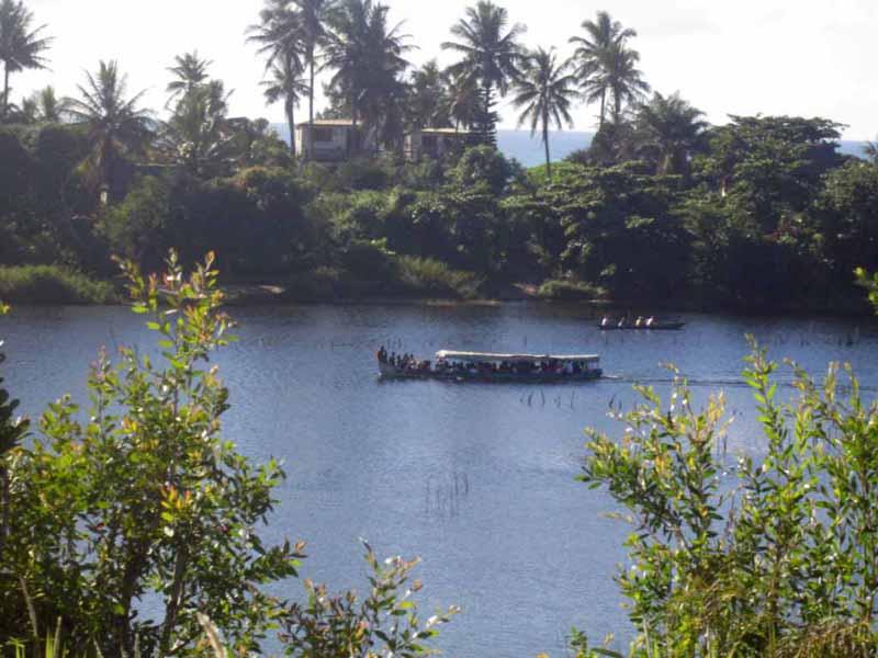 Transport insolite sur le fleuve de Pangalana