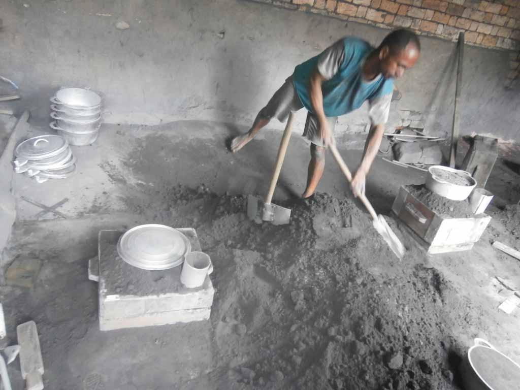 Un ouvrier en train de préparer la matrice avec de la terre