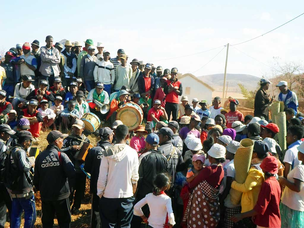 Us et coutume de Madagascar : le famadihana