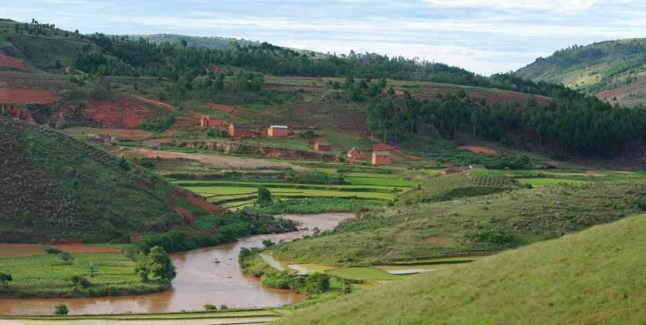 Petit village caché dans les hautes montagnes