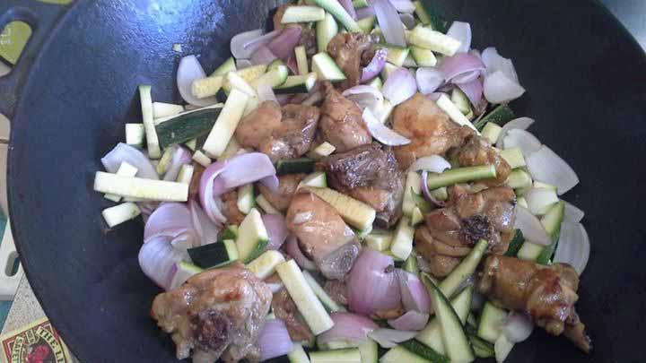 Poulet frit aux courgettes