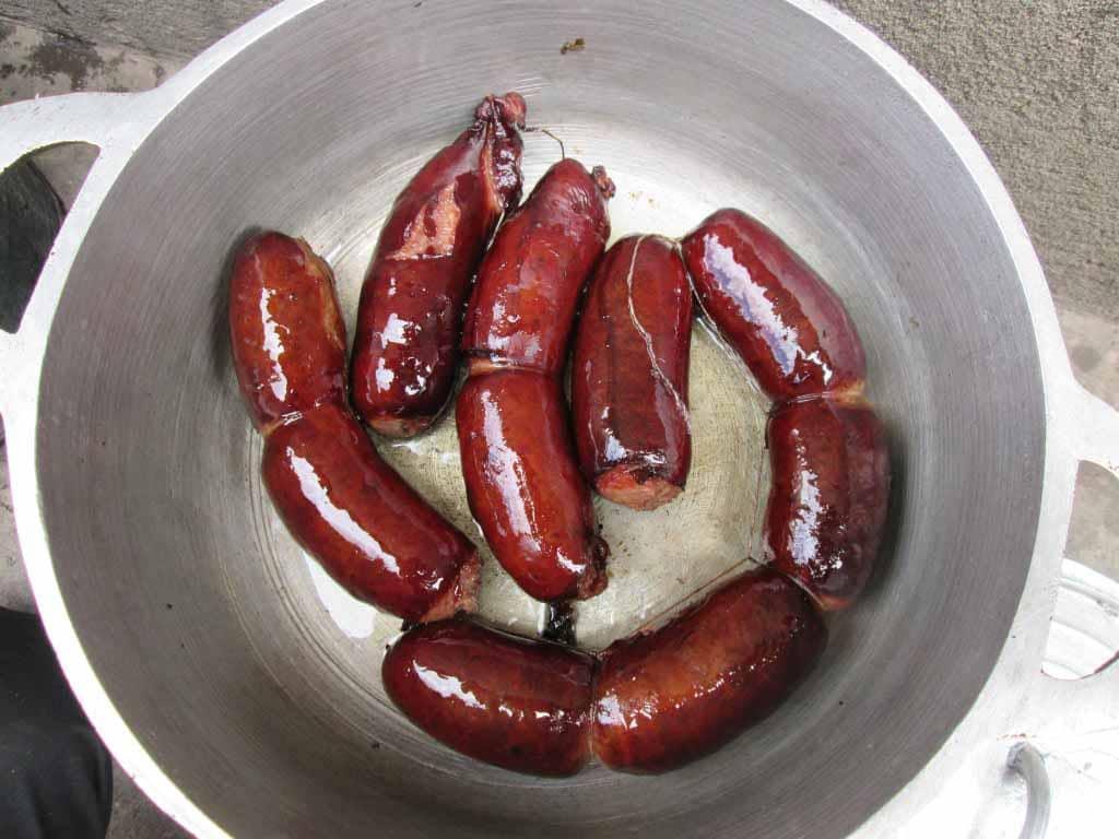 cuire les portions de saucisses fumées dans une marmite
